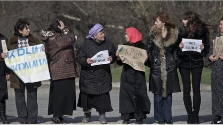Crimean Tatar women protest breakup of Ukraine