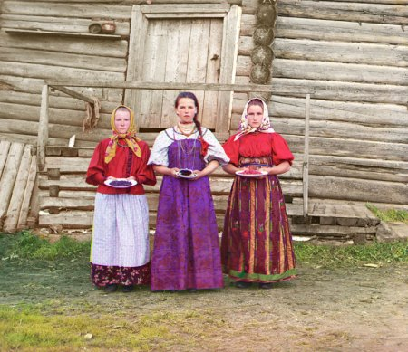 Russian peasant women in traditional dress (1909)
